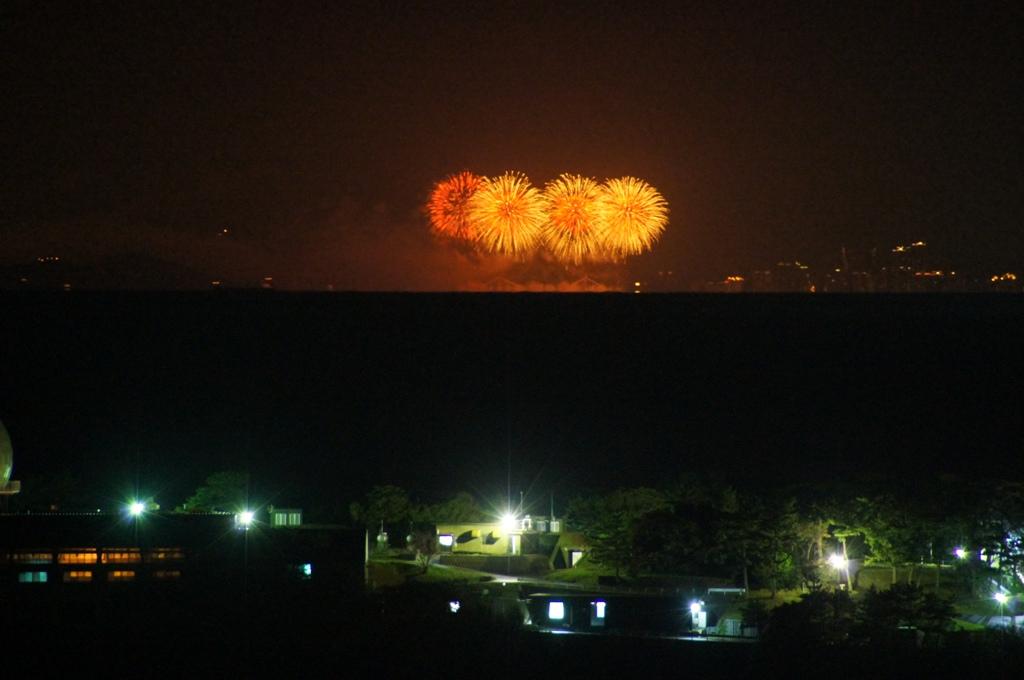 쓰시마 북부에서 촬영한 부산시 불꽃 축제 전경사진